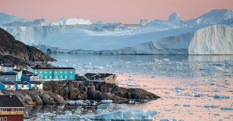 Smukt landskab med isbjerge i baggrunden