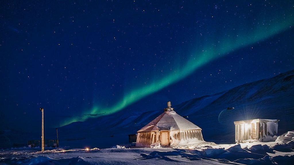 Nordlys over Camp Barentz på Svalbard