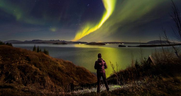 Nordlys over det islandske landskab