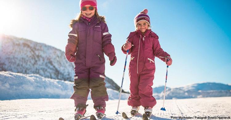 Børn på ski i Myrkdalen