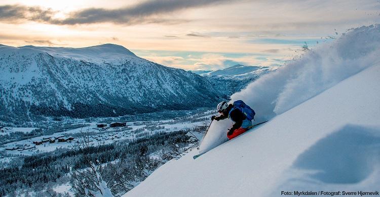 Skiløber på offpist i Myrkdalen