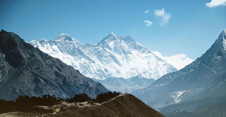 Udsigt til de sneklædte Himalayabjerge