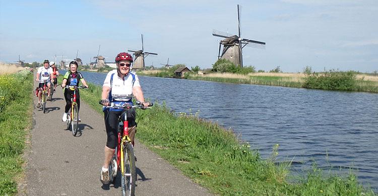 Cykling langs floder og kanaler i Holland