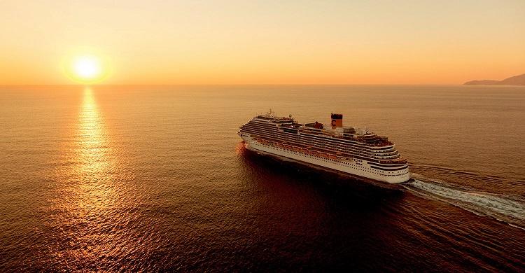 Krydstogtskib i solnedgangen