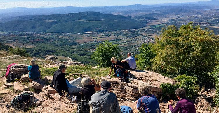 Gruppe holder pause med udsigt i Umbrien