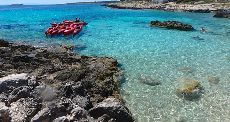 Kajakker i turkisblåt hav