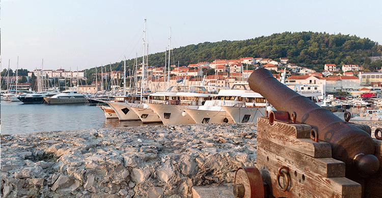 Smuk solnedgang over lille havneby