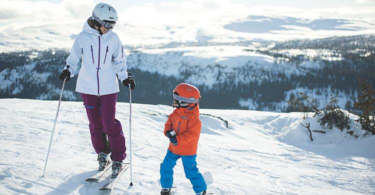 Mor og barn på ski