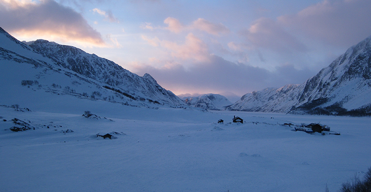 Sne -og bjerglandskab i Jotunheimen