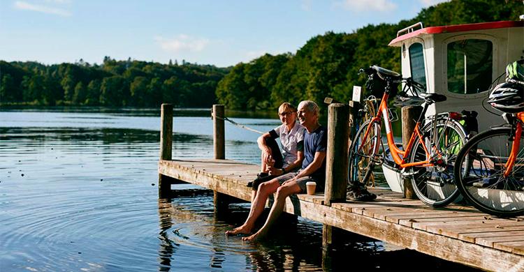 Cyklister ved en sø