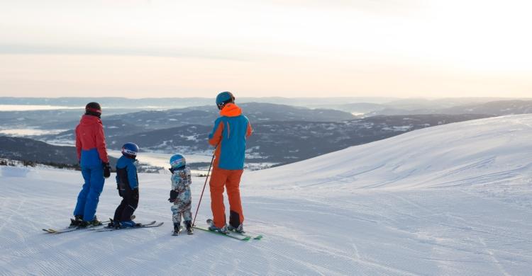 Familie på ski på Norefjell